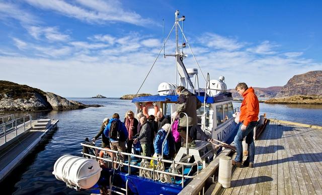 I nydeleg vêr vart turen til Selja ei flott oppleving. Her er deltakarane på veg om bord i Klosterbåten for å returnere til fastlandet. (Foto: Lise Cathrin Slotsvik)